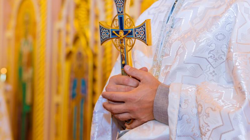 Un tânăr a torturat și ucis un preot de 91 de ani cu o cruce. De ce a căutat să se răzbune