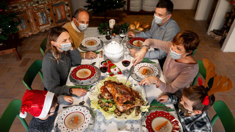 Recomandările OMS pentru sărbătorile de Crăciun. Ce trebuie să facă cei care merg la prieteni și rude