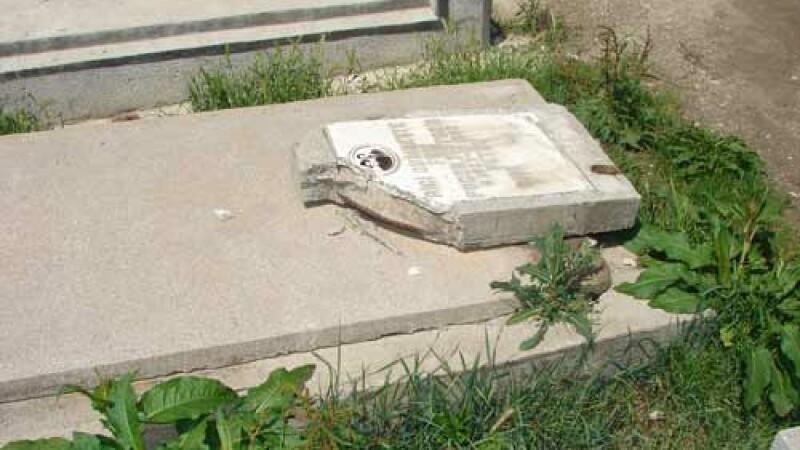 Recompensa pentru cei care pot da informatii despre indivizii care au profanat un cimitir din Bihor