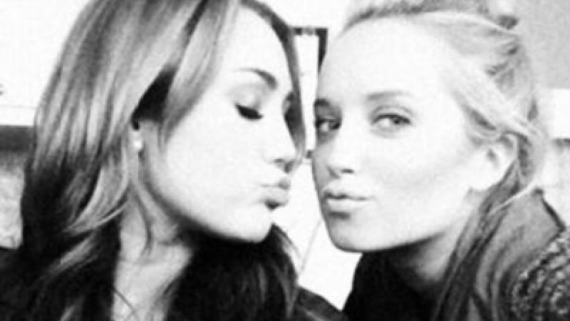 Milley Cyrus sarutand o alta fata
