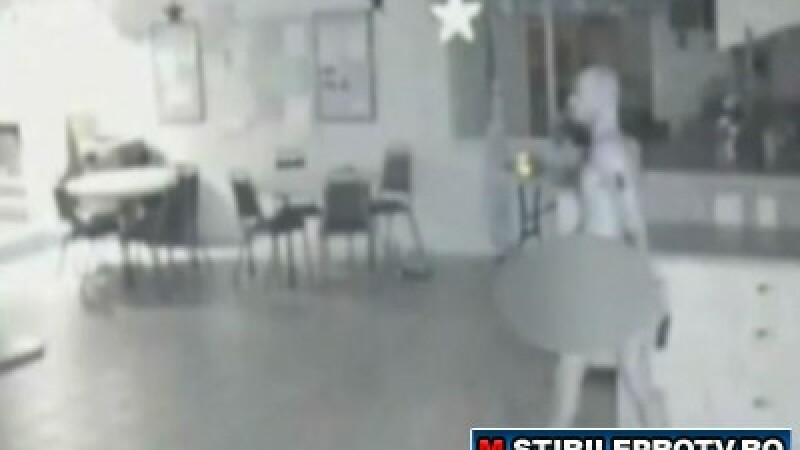 VIDEO. Gol pusca, fura mancare din frigiderul unui azil de batrani