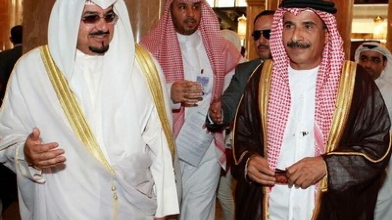 Ministrul Industriilor din Kuweit Sheikh Ahmad al-Abdullah (stanga) si ministrul Economiei din Emiratele Arabe, Mohammed bin Dhaen al-Hamli (dreapta)