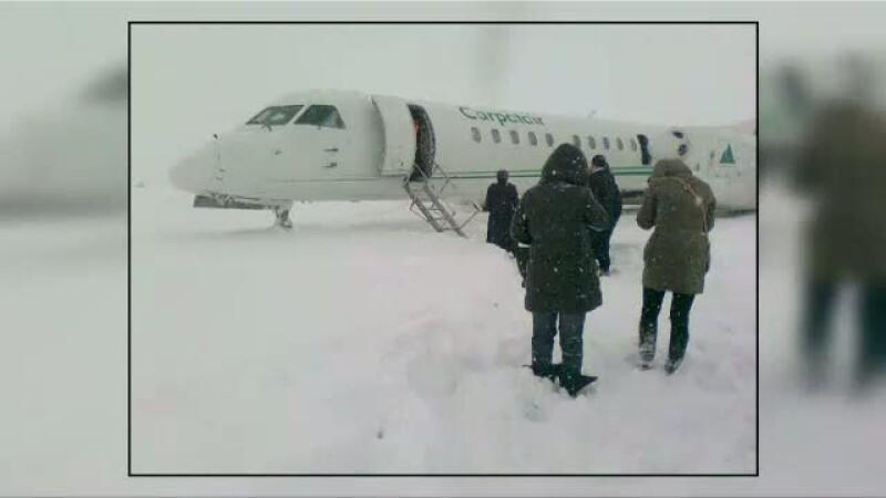 Un avion a iesit din decor pe aeroportul din Craiova. Pasageri au sarit in zapada de la 3 m inaltime