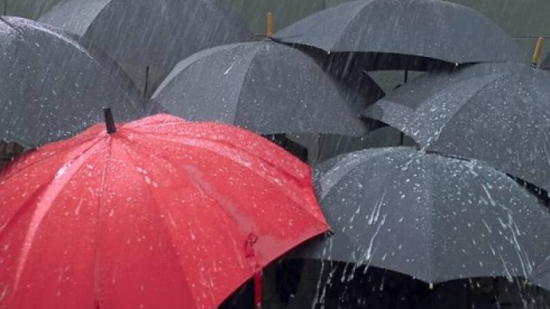 Nu lasati umbrela acasa in urmatoarele doua zile. Vestul tarii va fi acoperit de ploi abundente
