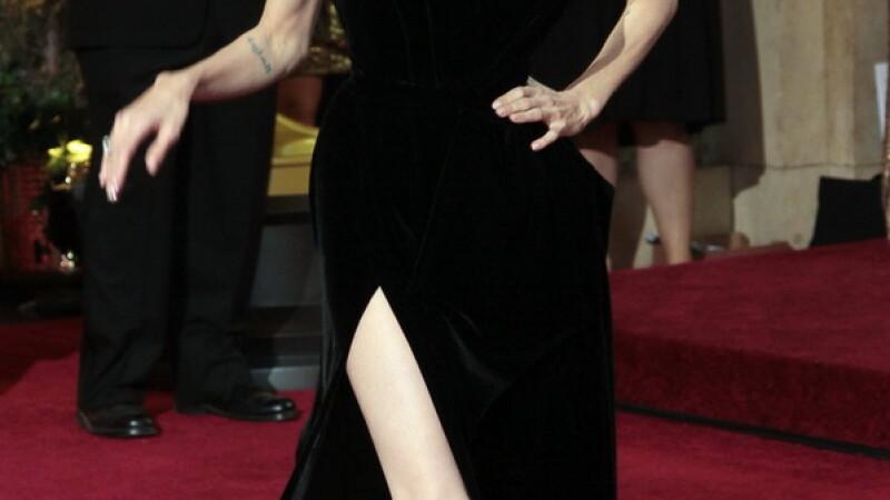 Angelina Jolie, ingrijorator de slaba pe covorul rosu. Rochia perfecta nu i-a putut ascunde trupul