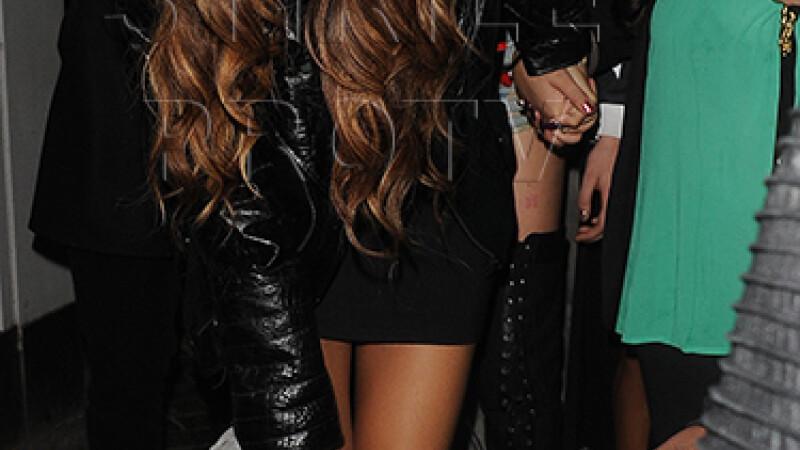 Rihanna, atacata si ranita de un fan, la iesirea dintr-un club din Londra