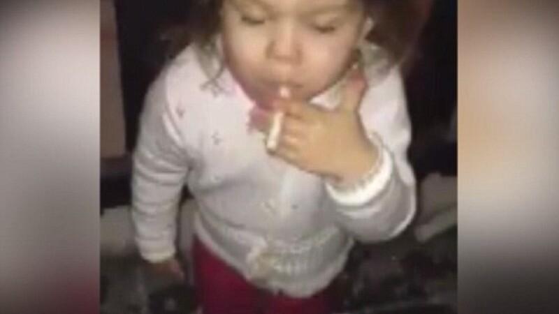 Imaginile care au starnit indignare: o fetita de 3 ani filmata in timp ce fumeaza. VIDEO