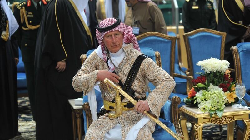 Charles al Arabiei. Printul de Wales a purtat un costum traditional si o sabie din aur intr-o vizita in Arabia Saudita