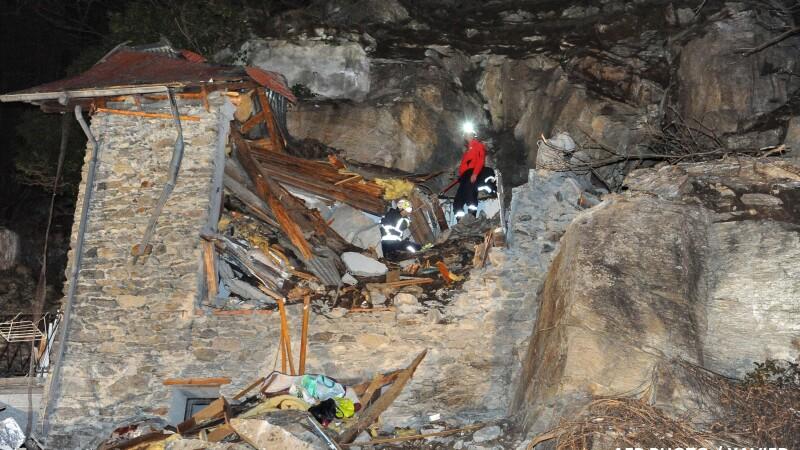 Cabana distrusa de un bolovan, in Alpii Francezi