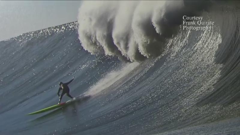Surfer-ul din SUA care isi risca viata pentru a face fotografii spectaculoase. Cum se descurca printre vartejurile de apa