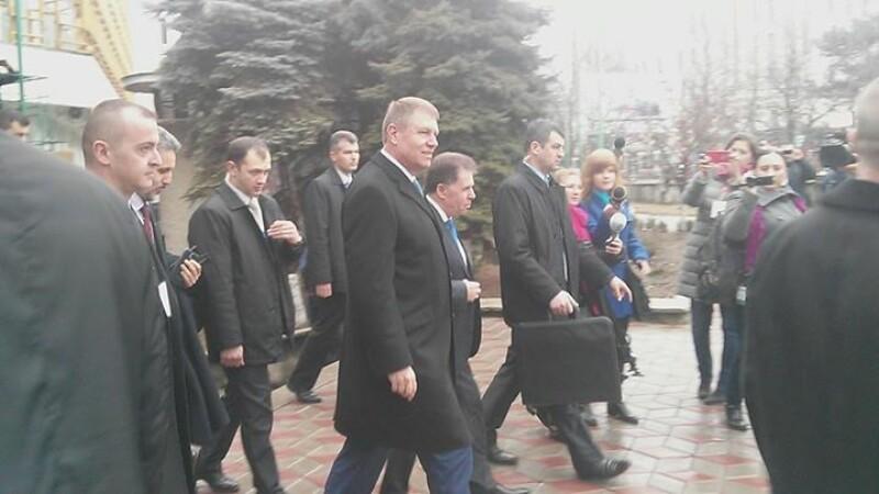 Klaus Iohannis, intampinat cu urale de studentii din Chisinau: \