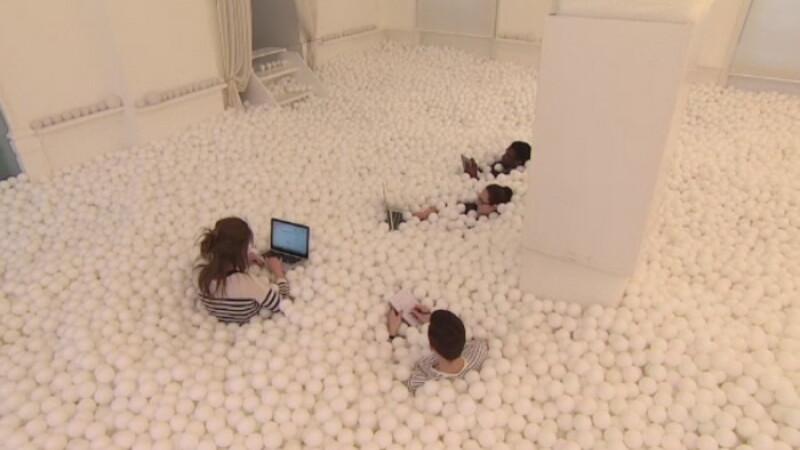 Camera de joaca plina cu bile, modalitatea prin care o firma britanica le stimuleaza creativitatea angajatilor