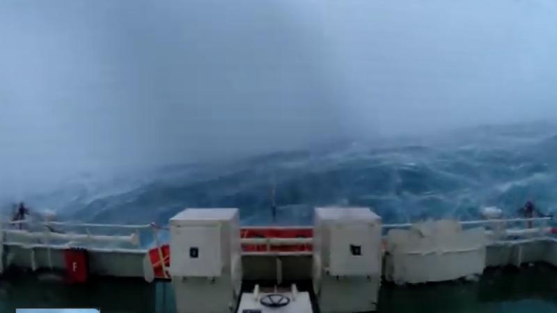 Momentul in care un vas este lovit din toate partile de valuri uriase, in timpul unei furtuni in Marea Nordului. VIDEO