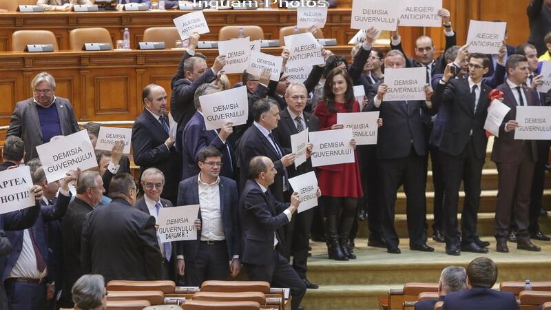 Proteste USR si PNL in Parlament: au facut zid in fata prezidiului Camerei Deputatilor si au batut cu pumnii in banci. VIDEO