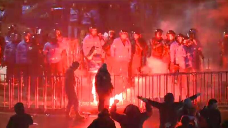 Interventie in forta a Jandarmeriei; 5 civili si jandarmi au fost raniti. Surse: protestatarii violenti, membrii unor galerii