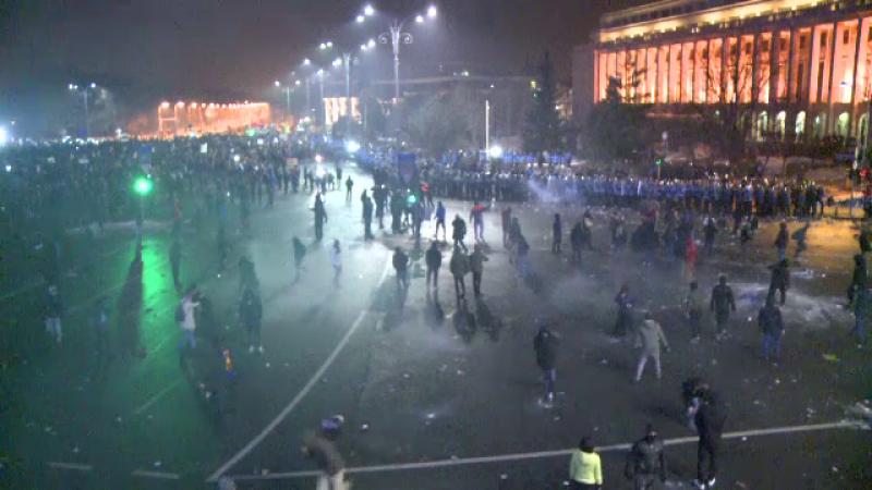 Jandarm ranit grav, dupa ce a fost lovit cu o caramida la protest. SRI avertizase ca se incearca deturnarea manifestatiei