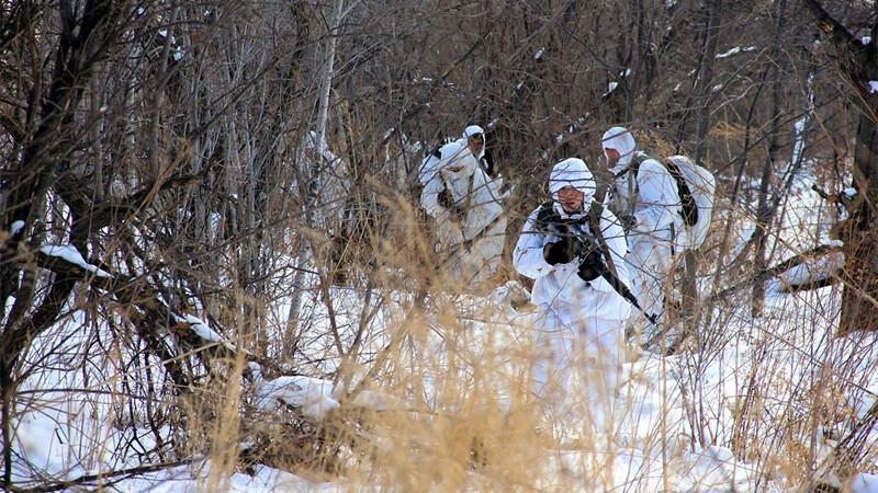 militari rusi la un exercitiu de iarna