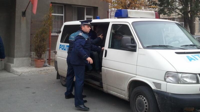 Trei tineri reţinuţi, după ce au agresat două persoane într-o scară de bloc din Bucureşti