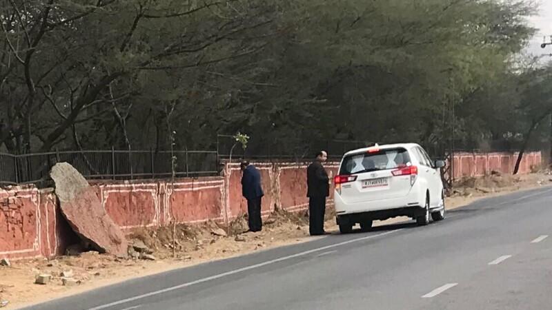 ministru care urineaza la marginea drumului