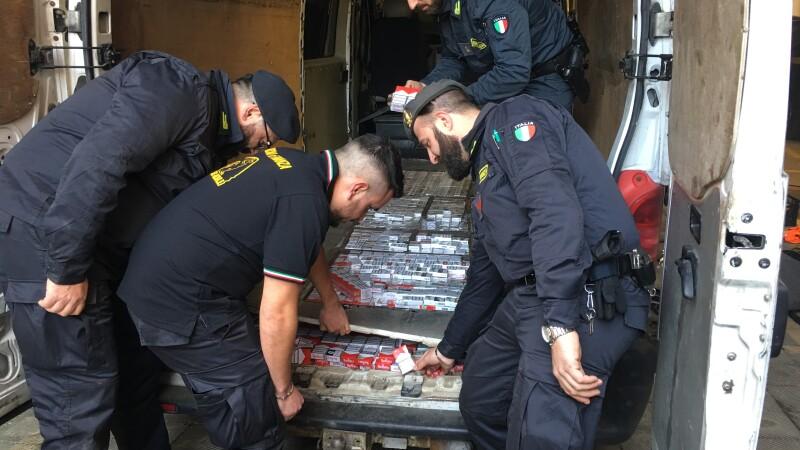 Trei români din Italia, opriţi pentru că mergeau cu o furgonetă complet goală. Ce ascundeau