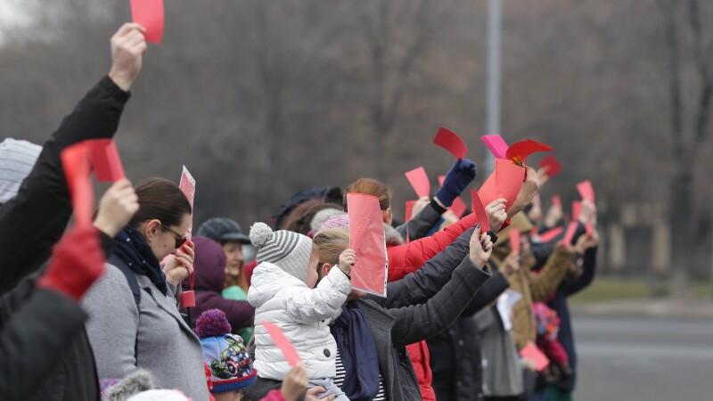 protest cartonașe roșii