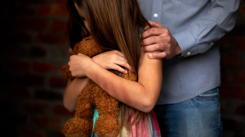 Doi părinţi şi-au pus fiica de 9 ani să se prostitueze.