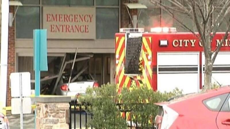 Un tânăr s-a incendiat, după ce a intrat intenționat cu mașina într-un spital