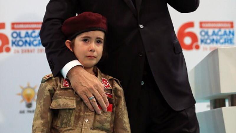 """Imagini greu de privit. Promisiunea lui Erdogan pentru o fetiță """"soldat"""". VIDEO"""