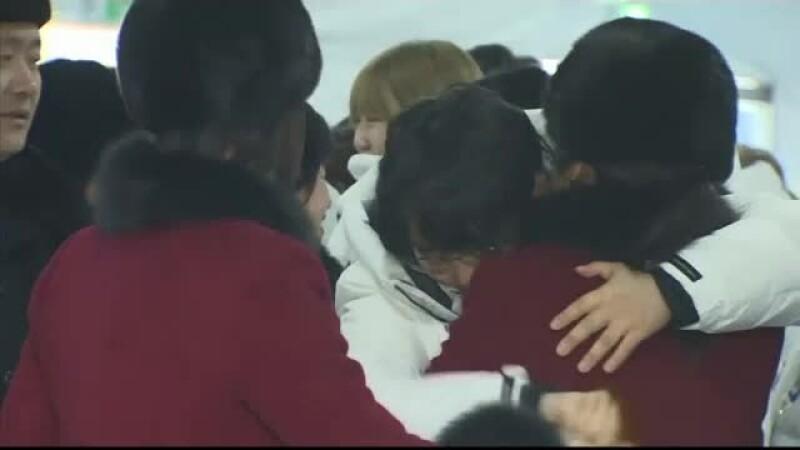 Moment emoţionat la despărţirea echipei coreene unite, la finalul Jocurilor Olimpice