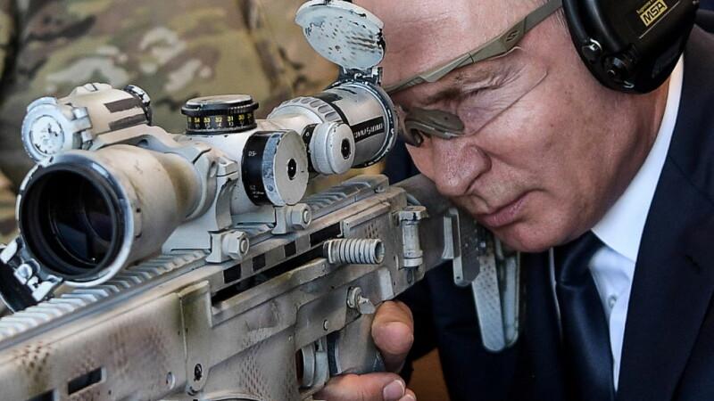 Vladimir Putin cu o arma in mana