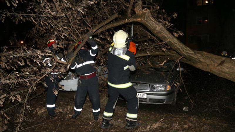 Două persoane rănite și mașini avariate din cauza vântului puternic. Situația în țară