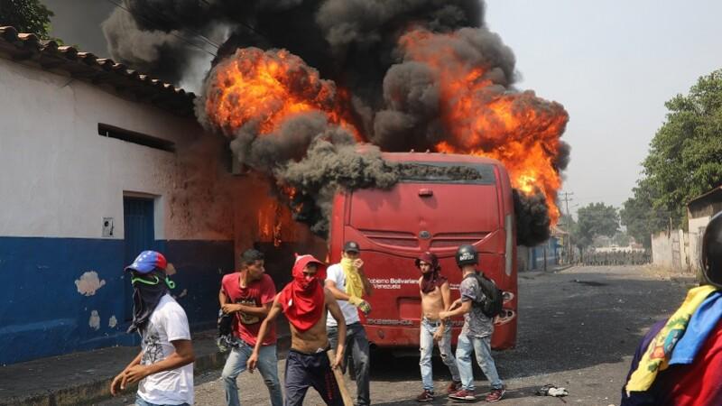autobuz incendiat Venezuela