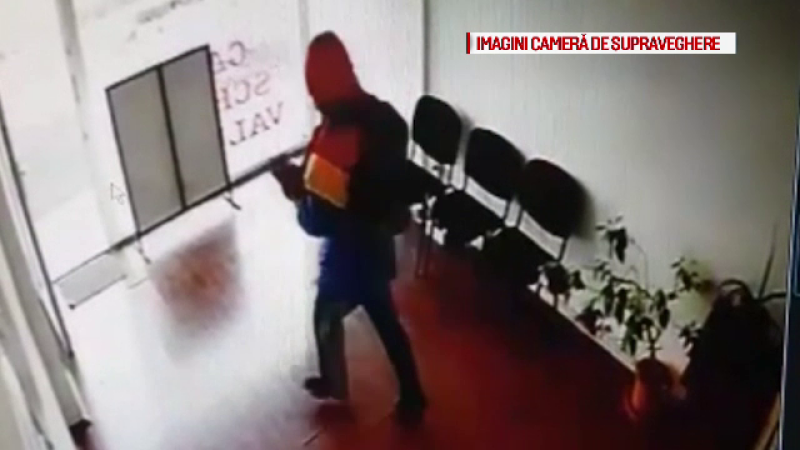 Autorul jafului armat de la casa de schimb din Gorj, filmat. Detaliul care iese în evidență