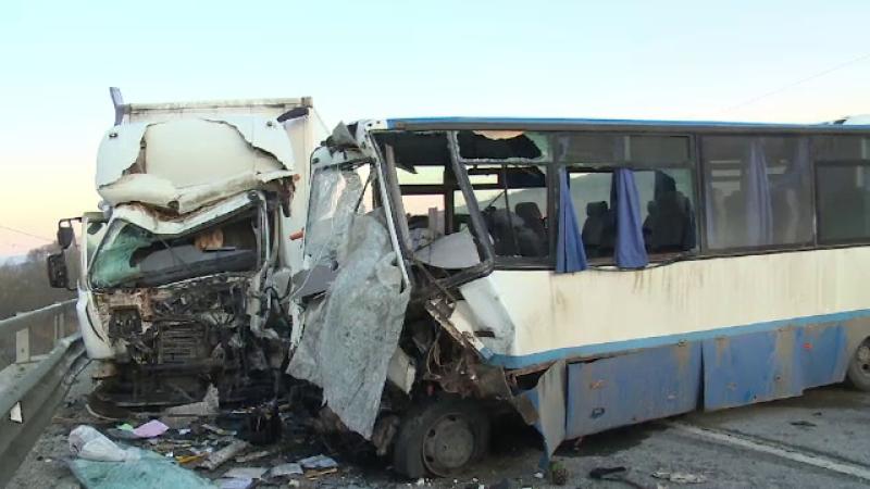 Autobuz plin cu navetiști, spulberat de un camion în Bistrița-Năsăud. Bilanțul: 1 mort și 5 răniți