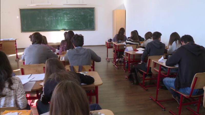 Un elev de la un liceu din Târgovişte, umilit de colegi în clasă. VIDEO