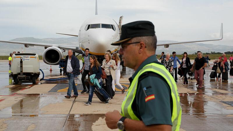 Români blocaţi pe aeroportul din Valencia. MAE: Vor fi aduşi în ţară cu o altă aeronavă