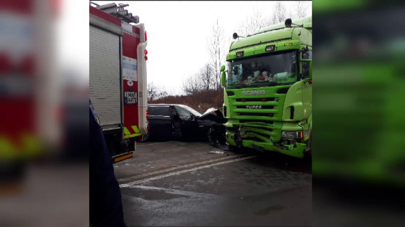 Impact devastator în Timiș. O mașină cu 3 tineri s-a izbit frontal cu un camion