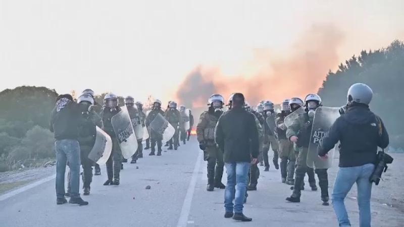 Proteste violente în două insule grecești, din cauza unor centre pentru migranți