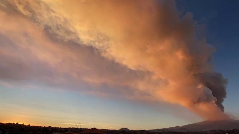 Vulcanul Etna a erupt spectaculos în ultimele două zile. Imagini dramatice cu norul gigantic de fum