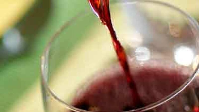 Dulce-i vinul de impartasanie! L-au prins pe popa cu 0,93 alcoolemie