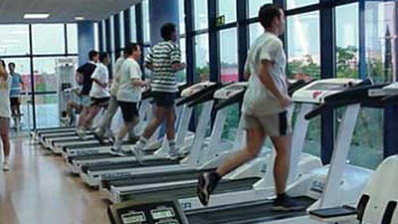O femeie de 43 de ani din Marea Britanie bate record dupa record la ridicarea greutatilor