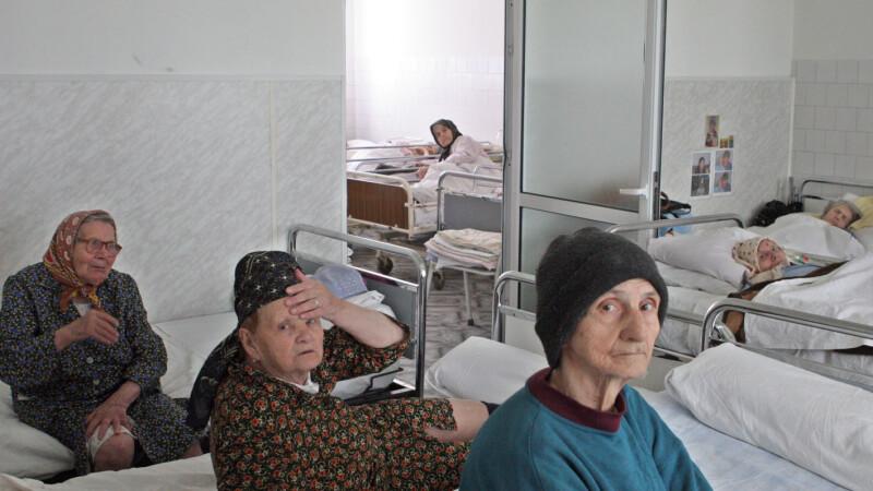 Femeia este internata la spital