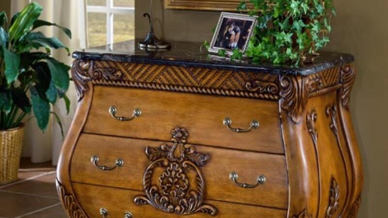 Albaiulienii se intorc la mobila din lemn masiv, pictata manual
