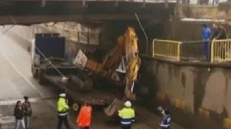 A murit strivita de o bucata de beton de 300 de kg rupta dintr-un pod!