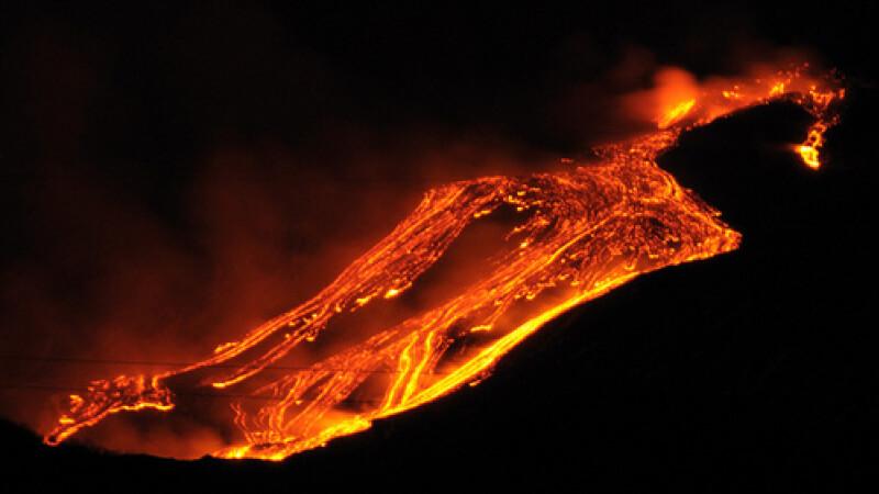 Cel mai activ vulcan din Europa s-a trezit la viata. Norul de cenusa s-a inaltat la 500 m. VIDEO