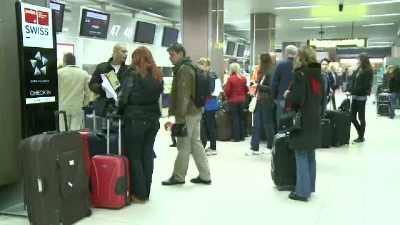 oameni la aeroport