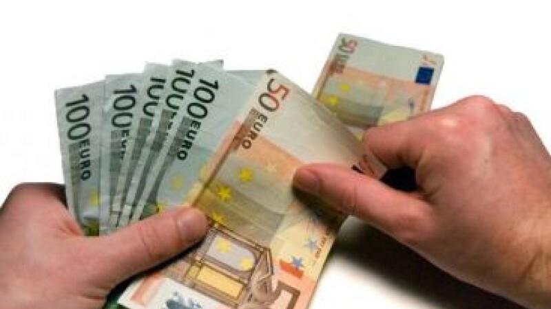 I-au fost virati din greseala in cont 30.000 de euro, iar acum risca inchisoarea