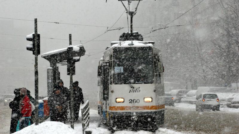 tramvai in statie pe zapada
