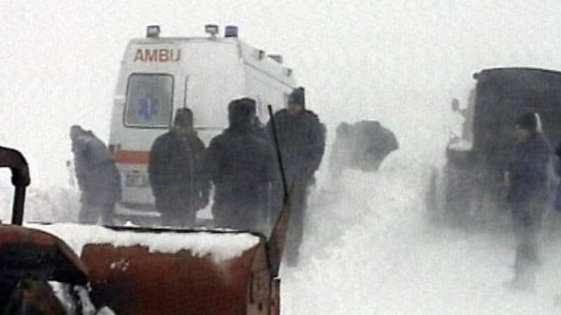 Ambulanţă înzăpezită în Olt, deblocată şi însoţită de un utilaj până la pacient