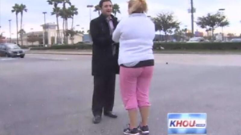 femeie intervievata de un reporter
